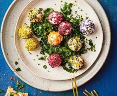 Frischkäsekugeln mit Blüten und Pistazien