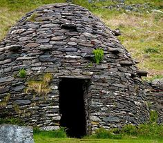 Irish Beehive House by Patricia Griffin Brett Stone Cottages, Stone Houses, Stone Masonry, Dry Stone, Dome House, House On The Rock, Unusual Homes, Earth Homes, Backyard
