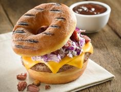 Aos domingos, na Feirinha Gastronômica (rua Agostinho Cantu, 47, Butantã), uma das atrações é o Donut burger, hambúrguer servido num donut glaceado, com queijo, bacon e salada, do The Original Donut Burger (R$ 20) #SP
