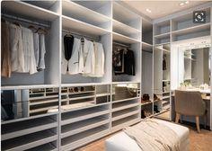 Pra sonhar: closet lindo com direito a área de maquiagem. Adorei o detalhe das gavetas espelhadas. O puff central é fundamental!!!!