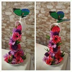 Floating cup with flower cascade - Dale Details Bridal Shower Tea, Tea Party Bridal Shower, Ikebana Flower Arrangement, Flower Arrangements, Coffee Cup Crafts, Floating Tea Cup, Teacup Crafts, Christmas Craft Fair, Foto Transfer