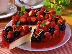 Wer aus einem einfachen Käsekuchen ein besonderes Highlight machen will, schenkt ihm ganz einfach eine Krone aus roten und blauen Beeren.