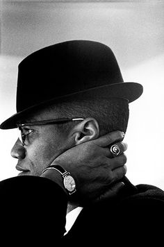 Malcom X portant un chapeau noir à bords courts - Photo prise par Eve Arnold's à Chicago en 1961 #mode #look #style #chic #chapeau #malcomx #chicago #annees60 #noiretblanc #fashion #mensfashion #fashionformen #blackandwhite #60s #icons #hats