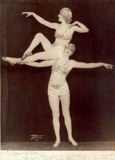 1927 - The Sidell Sisters, Billie and Pierre, in a posed shot for their appearance in Florenz Ziegfeld's production of Show Boat. Old Circus, Night Circus, Circus Acts, Cabaret, Vintage Photographs, Vintage Photos, Antique Photos, Vintage Circus Costume, Vintage Circus Performers