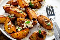 These roast potatoes get a smoky kick from tasty Spanish paprika. They're easy to make and are the perfect side dish to any summer grilling. Healthy Side Dishes, Vegetable Side Dishes, Side Dish Recipes, Vegetable Recipes, Mashed Potato Cakes, Cheese Mashed Potatoes, Pesto Potatoes, Roasted Potatoes, Hasselback Potatoes