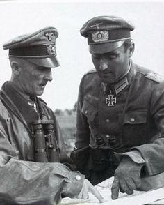 """General der Panzertruppe Hasso von Manteuffel and Major Hugo Schimmel (Kommandeur Panzergrenadier Regiment """"Grossdeutschland""""). Lituania, August 1944."""