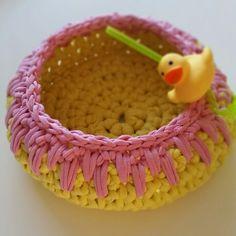 Minik ördek ve sarı / pembe sepet.. Çocuk odalarına canlılık katabilirsiniz..