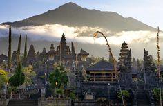 Presiden Jokowi dan Ibu Negara Iriana menghibur para pengungsi Erupsi Gunung Agung di Lapangan Desa Ulakan, Kabupaten Karangasem,Selasa sore. BALI ,27 Sep 2017-Presiden Joko Widodo didampingi oleh …