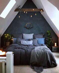 Leuke #slaapkamerinspiratie voor een #zolderkamer. Hier is gekozen voor een stoer en industrieel karakter. Erg leuk afgewerkt met het hout en de #industriële lampjes.   Bron: hagerhome.pl