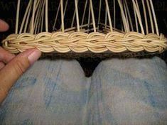 Non deixar de mirar esta conta. Ten técnicas que son unha pasada Paper Basket Weaving, Willow Weaving, Weaving Art, Weaving Patterns, Art N Craft, Craft Work, Pine Needle Crafts, Magazine Crafts, Newspaper Basket