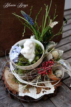 Deko-Objekte - :::: Osterhäschen in der Frühlingstasse :::: - ein Designerstück von BlumereiBerger bei DaWanda