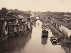 苏州水巷。照片上小桥流水人家,是典型的姑苏水巷风貌。水巷两册布满商铺、米行、酱菜园。香醋、上京腐乳照片依次而立。