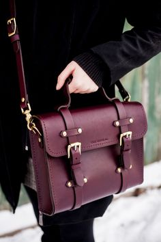 We are makers of handcrafted leather goods in Toronto, Canada. Formerly Relic Leather, at Sadelmager we are dedicated to sustainable, sweat-shop free goods. Fashion Mode, Fashion Bags, Fashion Accessories, Fashion Outfits, Crea Cuir, Backpack Purse, Clutch Bag, Oldenburg, Mode Inspiration