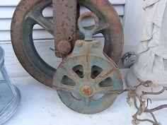 *1 kleine alte Metallrolle*  In der Landwirtschaft und im übrigen Gewerbe wurden füher schwere Lasten mittels solcher Rollen ins nächste Stockwerk verfrachtet. An alten Bauernhäusern hingen Sie...