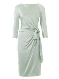 Durch das angeschnittene Bindeband wird das Kleid mit Raglanärmeln in der Taille gerafft. Damit trotzdem alles in Form bleibt, liegt darunter ein zweites, glattes Vorderteil.