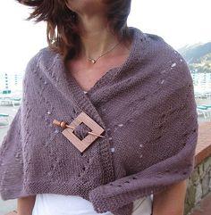 Emma's Paris Shawl (free pattern on Ravelry that I'm currently knitting) Knit Shrug, Knitted Poncho, Knitted Shawls, Loom Knitting, Free Knitting, Cape Scarf, Crochet Yarn, Knitting Projects, Lana