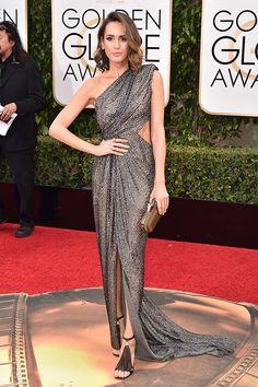 Louise Roe con vestido gris metalizado asimétrico, de Monique Lhuillier.