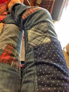 """Love the pactchwork on these Jeans! Great way to """"give new life"""" (upcycle) your Teen/kids favorite jeans. Diy Clothing, Sewing Clothes, Second Hand Kleidung, Jean Diy, Umgestaltete Shirts, Diy Vetement, Diy Jeans, Patched Jeans, Shirt Refashion"""