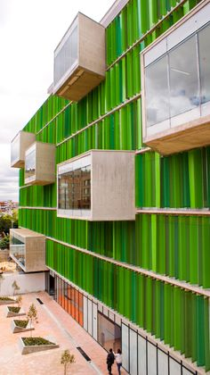 Universidad EAN. La Universidad de los Emprendedores. Bogotá, Colombia. Green Facade, Weird Shapes, Building Facade, Pantone Color, Contemporary, Architecture, Wood, Beautiful, Emerald