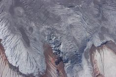 Resumen de las observaciones efectuadas durante el sobrevuelo al volcán Cotopaxi del día 27 de septiembre de 2015  Figura 3: Grietas y pequeños drenajes de agua que podrían alimentar flujos de lodo secundarios (Foto: S. Vallejo, IG-EPN).
