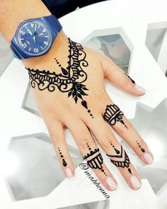 Henna Unterschied sagt Sus Let My Henna Speak 😎💃. - Body Art Henna -Mah Henna Unterschied sagt Sus Let My Henna Speak 😎💃. - Body Art Henna - 125 Stunning Yet Simple Mehndi Designs For Beginners Henna Tattoo Hand, Henna Tattoo Muster, Leg Henna, Simple Henna Tattoo, Henna Mehndi, Mehendi, Easy Hand Henna, Mädchen Tattoo, Pakistani Mehndi