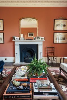 What Kind Of Plants Make Sense In An Old World Or Victorian Style Home? Ryann Investigates - Emily Henderson Victorian Style Homes, Georgian Homes, Georgian Interiors, Da Vince, Sofa Workshop, Blue Velvet Sofa, Old Room, Interiors Magazine, Old World Style