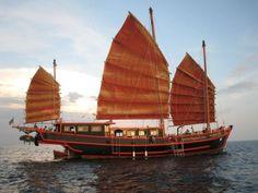 Tek Sing, 1822. El Tek Sing era un barco tradicional chino de tres mástiles (similar en diseño al de la imagen, pero más grande) que se hundió al sur de China. Medía 50 metros de largo, e iba muy abarrotado cuando se hundió. El gran número de víctimas (1.600) le ha valido el sobrenombre de 'El Titanic del este'.  (Foto vía Dolphin's Voyage)