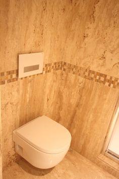Baño travertino turco con cisterna de geberit con filtro de eliminación de olores y sanitario meridian de roca