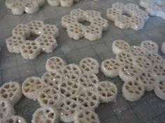 Art Macaroni snowflake ornaments...Maybe to go on gift bags for classroom Christmas presents? classroom-activities-holidays