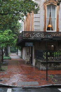 'Antiques on the Corner - Savannah, GA', photo by Vincent Tetron, via Flickr (26/07/2011). The shop in question is Alex Raskin Antiques.