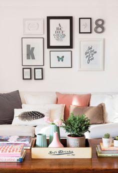 Pared del sofá con composición de cuadros