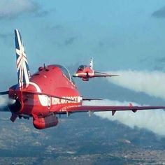 The Red Arrows just their near miss manoeuvre 👍 High Flight, Pride Of Britain, Raf Red Arrows, Christmas In England, Airplane Crafts, English Christmas, Air Force Aircraft, Aeroplanes, Royal Air Force
