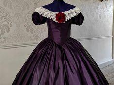 Robe 1850 garni de dentelle brodé ivoire au dédolleté avec une rose rouge bordeaux au centre. Ivoire, Victorian, Dresses, Fashion, Embroidered Lace, Red Burgundy, Red Roses, Dress, Vestidos