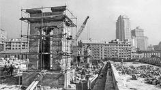 En 1970 se alzó el templo de Debod sustituyendo las piedras que faltaban o las que se habian roto por piedra caliza de Villamayor (Salamanca). Paris Skyline, New York Skyline, Great Photographers, Madrid, Times Square, Spain, History, City, Photography