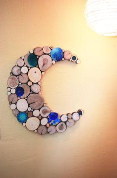 « Blue Moon »  Taille :  22 large X 24 1/2 de long   Cette pièce a des tranches darbre accent qui ont été peintes dans des couleurs variées de blancs et bleus et bleu sarcelle points. Chaque tranche peint a également été clair enduit pour lui donner un éclat supplémentaire ! Cette sculpture vraiment pop !   Sculpture abstraite en bois construite de tranches darbres feuillus que jai coupé des arbres abattus. Nous aimons voir les arbres abattus, transformés en objets de beauté plutôt que j...