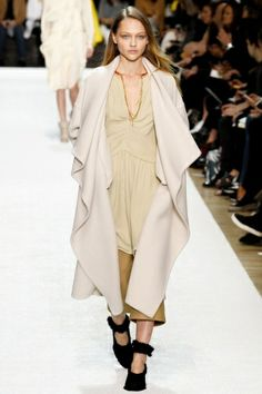 Chloè womenswear Fall Winter 2014-2015 collection at Paris Fashion Week http://www.toplook.it/Moda/tenui-colori-pastello-e-bon-ton-per-la-collezione-donna-ai-2014-2015-di-chloe.html