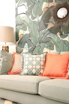 Linda composição de almofadas com o papel de parede tropical Tropical Home Decor, Tropical Style, Tropical Houses, Interior Decorating, Interior Design, Decorating Ideas, Summer Decorating, Decor Ideas, Kb Homes