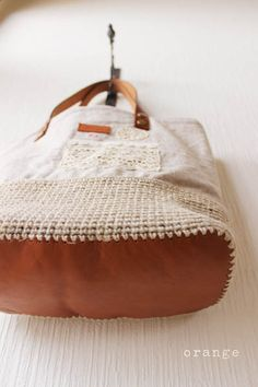 Crochet, leather and linen tote bag. Did not find pattern. Not in English.