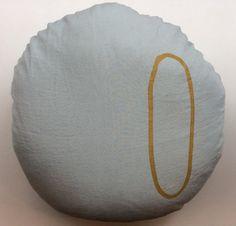 vedenvihreä 'aqua' pellavapäällysteinen tyyny . kultainen printattu nolla . halkaisija 65cm . @kooPernu
