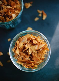 How to Make Coconut Bacon. How to Make Coconut Bacon Recipes Fake bacon that tastes like the real thing. Use it in salads, BLTs, or anywhere else that you would add bacon. This coconut bacon is vegan . Vegan Vegetarian, Vegetarian Recipes, Healthy Recipes, Paleo, Vegan Food, Healthy Snacks, Whole Food Recipes, Cookie Recipes, Coconut Bacon