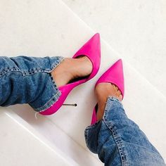 love the slit on the jean hem and the pink pointy heels