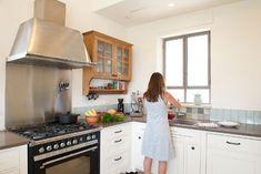 דוגמאות רבות הובאו למטבח עד שנבחרו האריחים ( צילום: גלית דויטש )