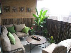 Bonne idée les bambous pour donner un peu d'intimité au balcon urbain!