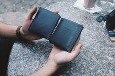 """Bên trái là chiếc Note Sleeve mới vừa đập hộp, bên phải cũng là loại ví đó nhưng đã qua 8 tháng sử dụng. Bạn thấy đấy, màu da của ví sau một thời gian sử dụng sẽ có cái """"chất"""" riêng của nó."""
