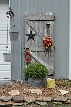 38 Amazing Farmhouse Side Yard Decor Ideas For You, Coole 38 erstaunliche Farmhouse Side Yard. 38 Amazing Farmhouse Side Yard Decor Ideas For You Garden Yard Ideas, Diy Garden Decor, Garden Projects, Garden Junk, Side Garden, Diy Projects, Garden Sheds, Old Screen Doors, Old Barn Doors