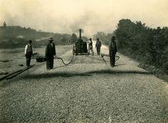 Estrada de Osasco - ca. (1922) - Obras de abertura e pavimentação da antiga Estrada de Osasco, atual Avenida Corifeu de Azevedo Marques, no bairro do Butantã.