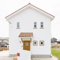 青空と緑が似合うまっ白な家