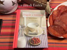 """""""Fragole a merenda"""" è arrivato ad Aosta, a casa di Enrica per il suo 44° compleanno. Lei lo ha posato su una bella tovaglia in tinta con la bresaola e il pane scuro (ma come avrà fatto a sapere che mi piacciono tanto?!?), e gli ha scattato una foto. Trattasi di foto-ricordo di compleanno, anche se la festeggiata era dietro l'obiettivo. Per cui: auguri Enrica! #quifragoleamerenda"""