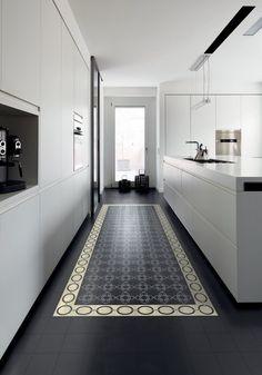 une-cuisine-en-longueur-avec-carrelage-comme-un-tapis. Küchen Design, Floor Design, House Design, Tile Design, Casa Santa Rita, Interior Design Kitchen, Interior Decorating, Cuisines Design, Kitchen Flooring