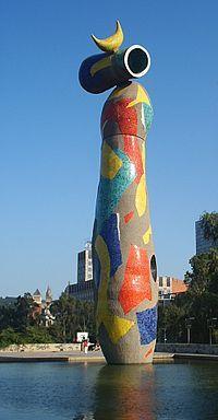 Joan Miró - Mujer y pájaro en Barcelona (1983)  Fue realizada en hormigón, tiene 22 metros de altura, representa una forma femenina con sombrero y sobre éste la imagen de un pájaro. La representación de la mujer se soluciona con una forma ahuecada cubierta de cerámica negra que toma la forma de vagina característica del lenguaje mironiano. Su exterior se encuentra recubierto con cerámica de colores.